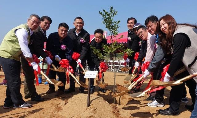 金門縣長楊鎮浯(左4)與貴賓們共同植樹。(記者簡源良/攝影)