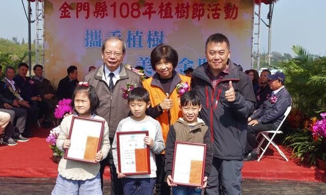 表揚「108年迎新春彩繪比賽」國小低年級組獲獎人員。