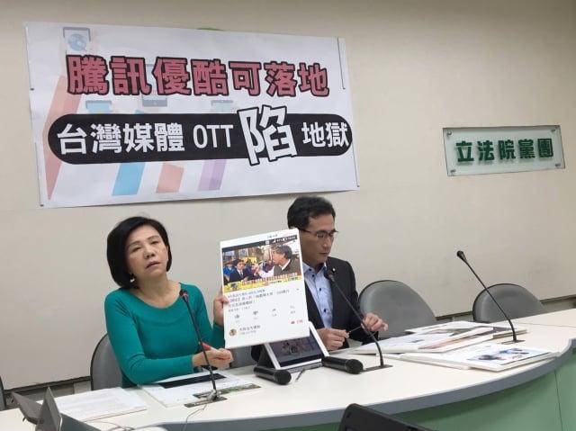 立委鄭運鵬(右)14日表示,中國影音串流平台騰訊、優酷等中共黨營事業將登台,目的不是要賺錢,是要搶市占率。(中央社)