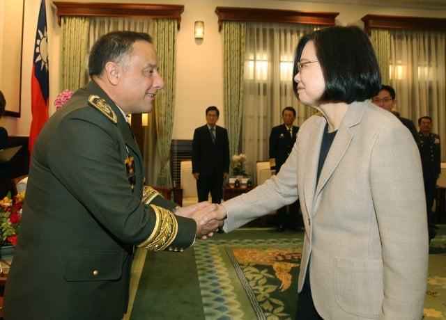 總統蔡英文(前右)在總統府接見瓜地馬拉國防部長納爾達(前左),感謝瓜國對台灣的支持。(中央社)