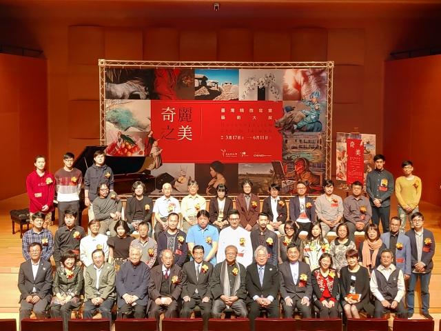 參與奇美博物館《奇麗之美-台灣精微寫實藝術大展》記者會的藝術家、來賓進行合影。(記者賴友容/攝影)