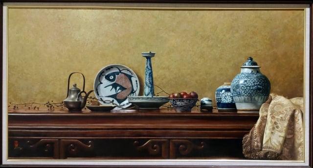 《奇麗之美-台灣精微寫實藝術大展》青花瓷(油彩、畫布)作者:李惠芳。(記者賴友容/攝影)