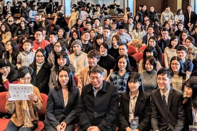 台北市長柯文哲(前排左三)與全場近400位的大紐約地區台灣同學、陸港澳地區以及華商,分享擔任台北市長的心路歷程。(記者黃小堂/攝影)
