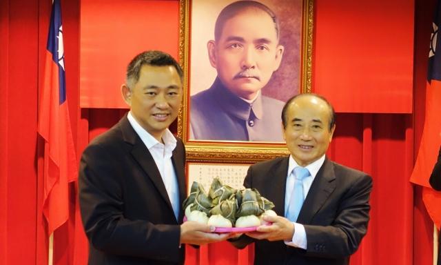 金門縣長楊鎮浯(左)為前立法院長王金平(右)送上代表「包中」的包子和粽子。
