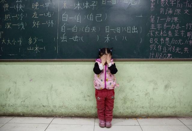中共藉建構「智慧校園」及「教育大數據」之名,利用智能手環大規模蒐集學生的日常生活資訊。(Getty Images)