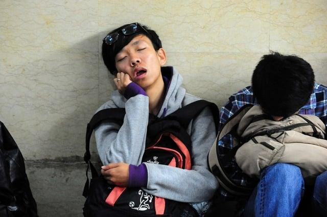 調查顯示,中國青少年每天睡不滿8小時的比率高達81.2%。除了課業壓力,睡前使用3C產品與上網也是重要原因。(Getty Images)