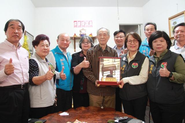 李喬接受親友與縣府的祝賀。(記者許享富/攝影)