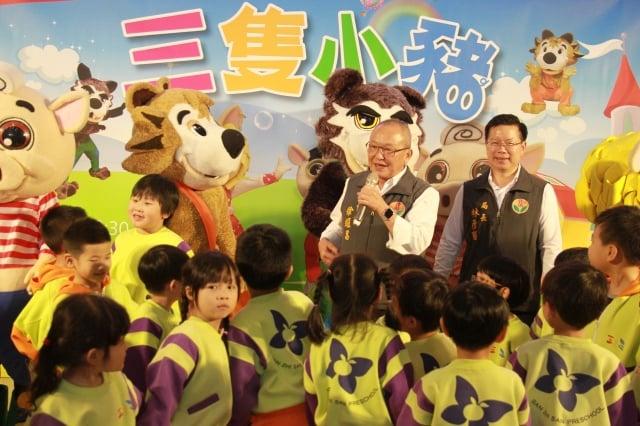 苗栗縣長徐耀昌呼籲小朋友體會新三隻小豬的故事。(記者許享富/攝影)