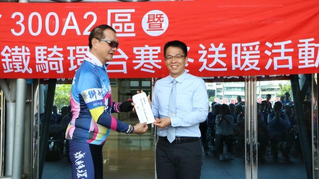 國際獅子會300A2區楊崇銘事務長贈獎學金給精忠國小,由楊勛凱校長(右)代表收受。