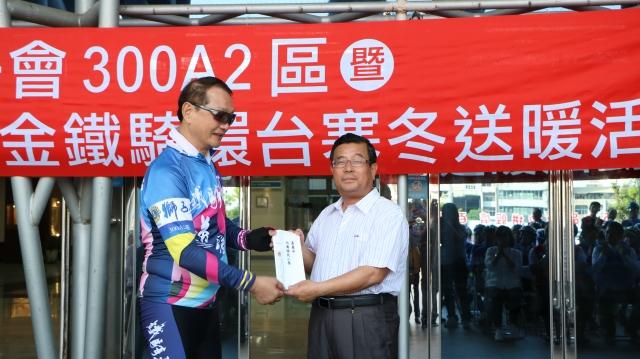 國際獅子會300A2區楊崇銘事務長贈獎學金給北園國小,由吳永靖校長(右)代表收受。