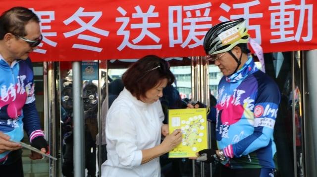 由嘉義市長黃敏惠代表在環台證書上蓋印見證來此送暖。