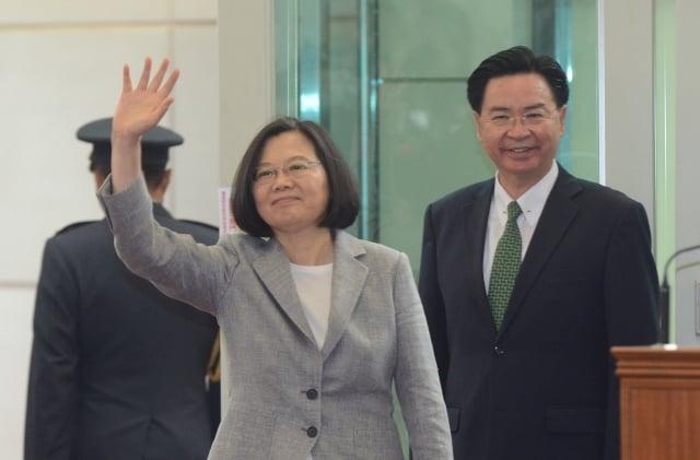 總統蔡英文(中)21日展開為期8天7夜「海洋民主之旅 」。(中央社)