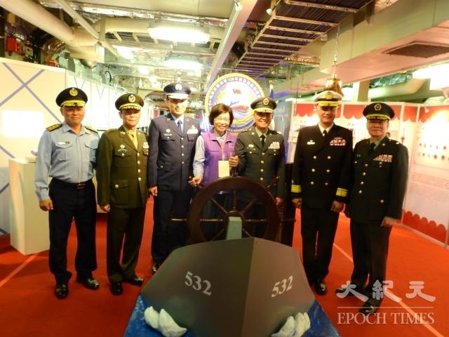 指揮官王興禮(右3)陪同民政局副局長徐仙卿(中)登艦參觀。