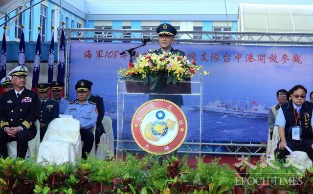 指揮官王興禮強調護衛海疆決心並鼓勵年輕學子加入海軍行列。