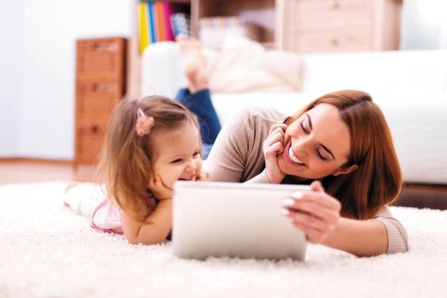 建議新世代父母可透過延後孩子接觸網路的使用,培養其他健康的休閒行為,以降低其網路成癮的機會。(123RF)