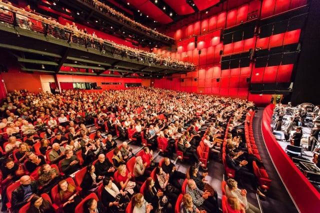 2019年3月22日晚在德國柏林波茨坦廣場劇院,美國神韻紐約藝術團上演了今年第二輪演出的第二場。票房加座售罄,演員謝幕三次,掌聲持續3分半鐘。(記者吉森/攝影)