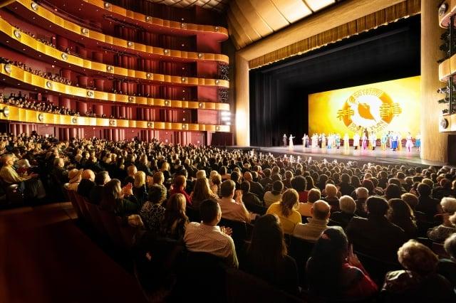今年神韻紐約藝術團分別於1月、3月在林肯中心大衛寇克劇院舉行兩輪共29場演出,締造場場爆滿的轟動票房。(記者戴兵/攝影)