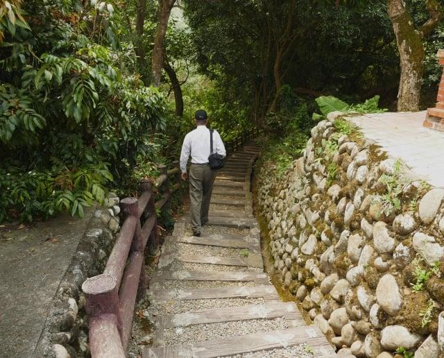 遊客開車到東龍宮前停車後,沿著就近的鵝卵石下坡小徑一步步下探,就走在昔日的挑水古道上了。