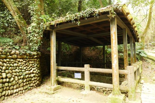 來到挑水水源頭時,還能找到兩座蓋著遮雨木棚的水井。(攝影/鄧玫玲)