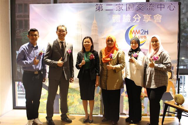馬來西亞第二家園計畫顧問中心代表 鄺文政 先生 (Mr. Vincent Fong), 中位:馬來西亞友誼及貿易中心代表 何瑞萍女士(Ms. Sharon Ho Swee Peng)(右一)馬來西亞觀光局處長艾姿瑪(Ms. Azimah Aziz) 與同仁大合影。(馬來西亞旅遊資訊提供)