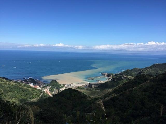 碧藍的海水與黃色海水相間形成少有海岸線奇景被稱之「陰陽海」。(蘇蓉蓉提供)