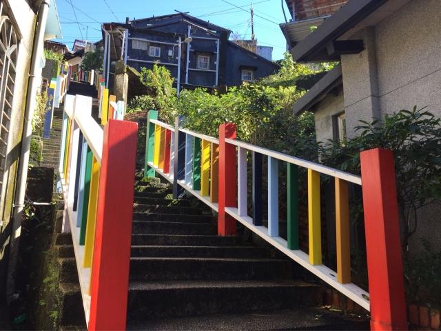 打卡新景點:祈堂老街彩虹欄杆。(蘇蓉蓉提供)