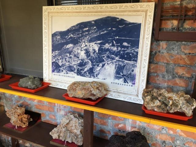 一位80幾歲的老礦工,將當年採到的礦石、採礦工具、礦區照片展出與遊客分享。(蘇蓉蓉提供)