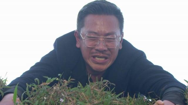 江俊翰救援江祖平跟陳妍安全身只能靠手撐在懸崖邊(民視提供)