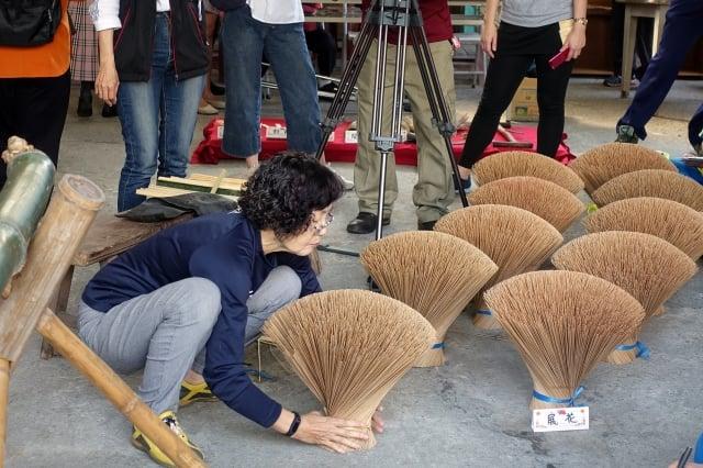 剖香腳老師邱錦雲俐落示範,一個大竹筒能剖出一千多支香腳。(嘉義市政府提供)
