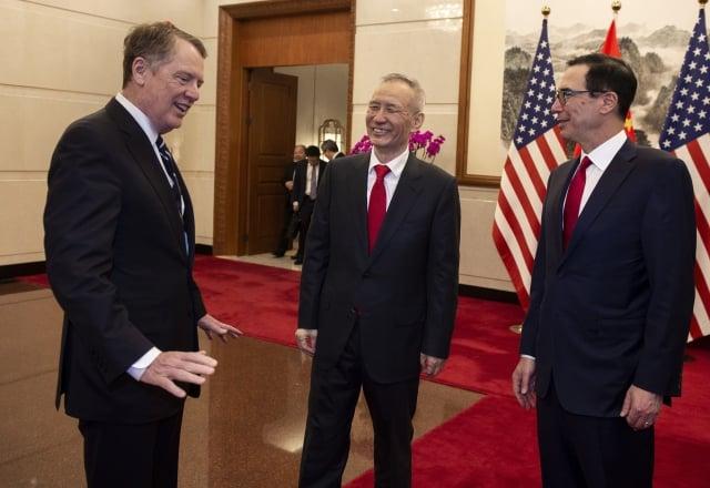 美國貿易代表萊特澤(左)、財政部長梅努欽(右)和中共副總理劉鶴(中)29日在北京繼續進行貿易會談。(Nicolas ASFOURI and NICOLAS ASFOURI/POOL/AFP)