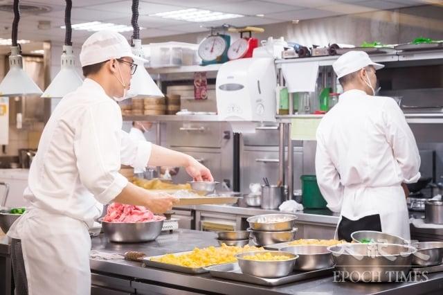 根據1111人力銀行調查顯示,有五成一上班族未來想投入餐飲業,主因包含有興趣、想學一技之長、工作機會多、工時彈性等。圖為示意照。(記者陳柏州/攝影)