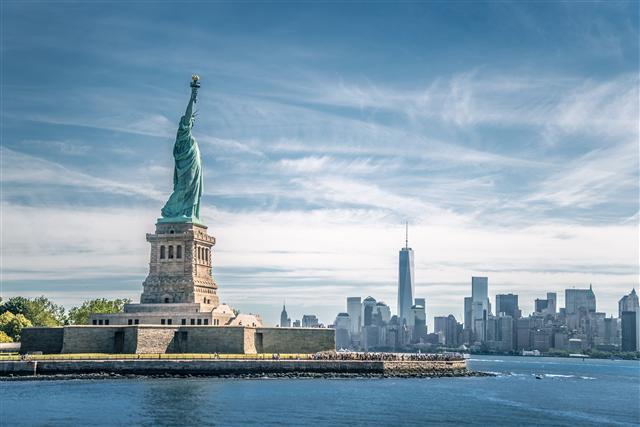 留學豐富國際視野,移民為國力的延伸,海外置產也成為投資新選項。(123RF)