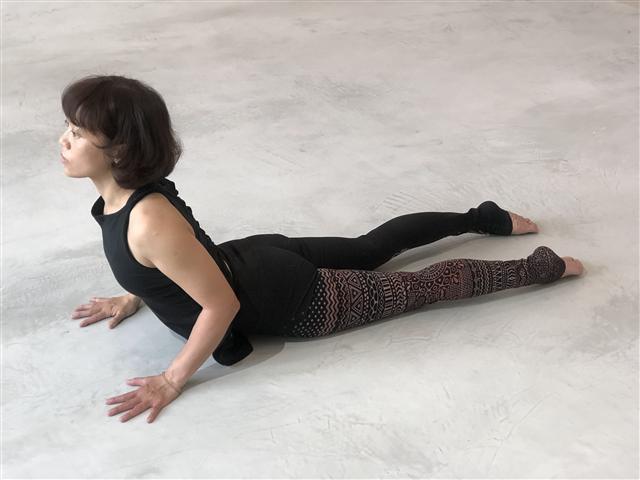 jn studio 劉穩暄瑜珈老師於樂土灰泥地坪上伸展,身心靈舒坦。(成大昶閎科技提供)