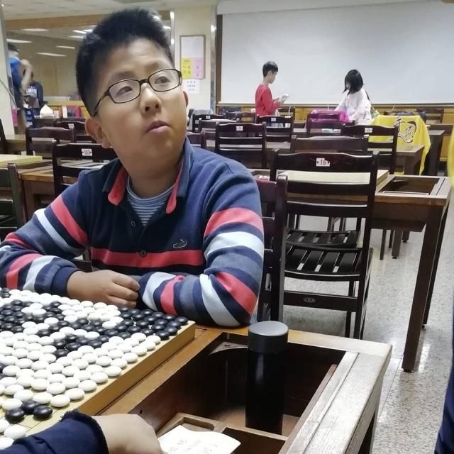 大成國中圍棋專班一年級鍾世均以五連勝的佳績榮獲青年組的冠軍。