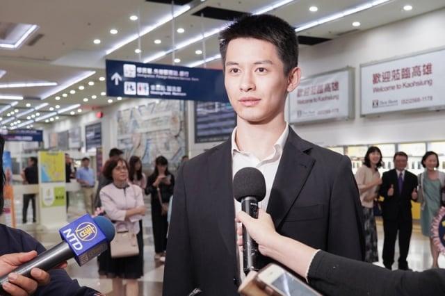 主要領舞演員陳厚任接受媒體採訪。