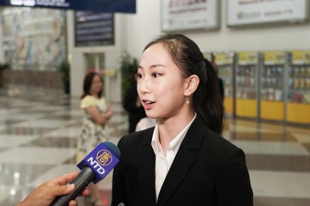 神韻藝術家杜增美接受媒體採訪。
