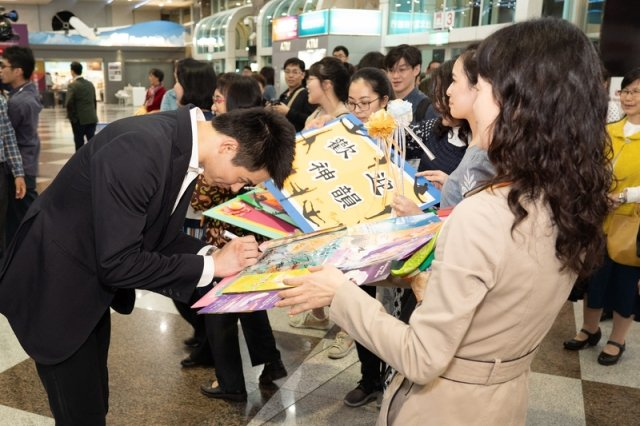 圖為主要領舞演員陳厚任幫粉絲簽名。