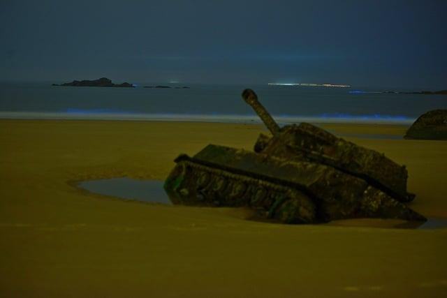 珠山戰車凝視著藍海,形成一幅淒美的畫。(金門縣攝影學會提供)