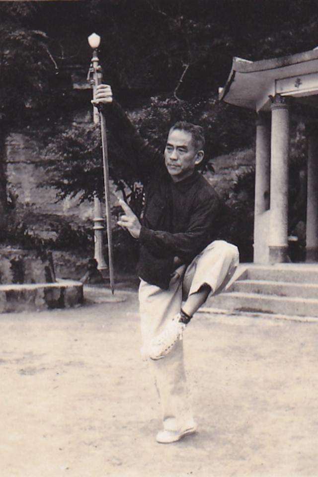 老武術家王劍鋒先生演練「青龍探海劍」(攝影/曾介宏、新唐人電視台提供)