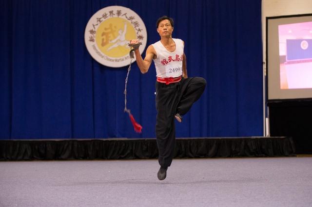 第五屆男子器械組金獎得主林昌湘,來自台灣,演示九節鞭。(攝影/曾介宏、新唐人電視台提供)