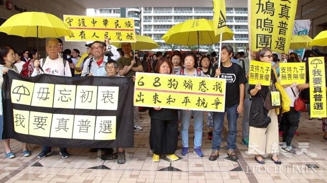數百名市民9日一早到法院外聲援「占中九子」。(記者蔡雯文/攝影)