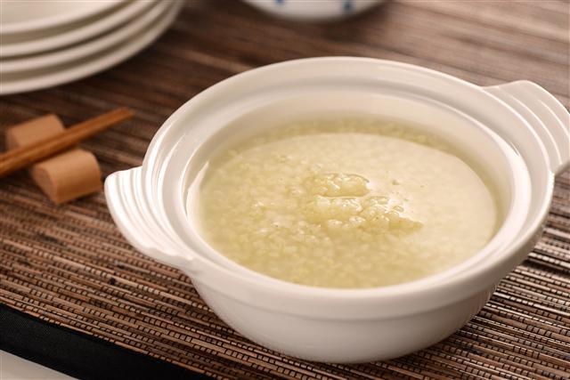 小米又稱粟米,營養成分很高,圖為小米粥。(Fotolia)