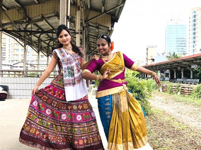 現場設有攤位讓民眾試穿印度紗麗(Saree),嘗試印度手繪(Henna)圖騰。(桃園文化局提供)