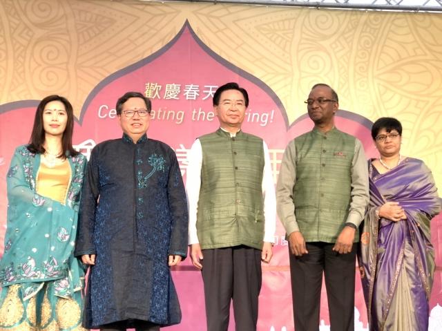 左2起桃園市長鄭文燦、外交部長吳釗燮等參加印度春漾嘉年華。
