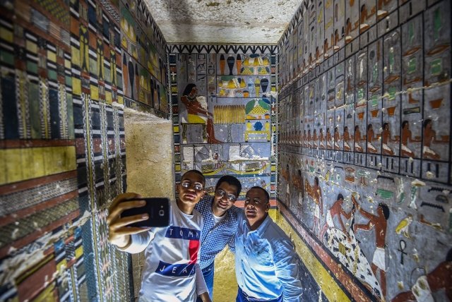埃及於當地時間4月13日向首批參觀者展示了一座建於埃及第五王朝的官宦之墓。(MOHAMED EL-SHAHED/AFP/Getty Images)