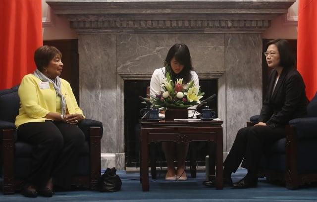 總統蔡英文(右)15日在總統府接見美聯邦眾議員暨眾院科學、太空暨科技委員會主席江笙(Eddie Bernice Johnson)(左),並致詞歡迎。(中央社)