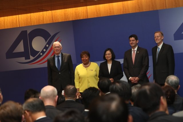 美國在台協會(AIT)主席莫健(左起)、美國眾議員江笙、總統蔡英文、前美國眾議院議長萊恩及AIT處長酈英傑4月15日出席《台灣關係法》40周年酒會。(中央社)