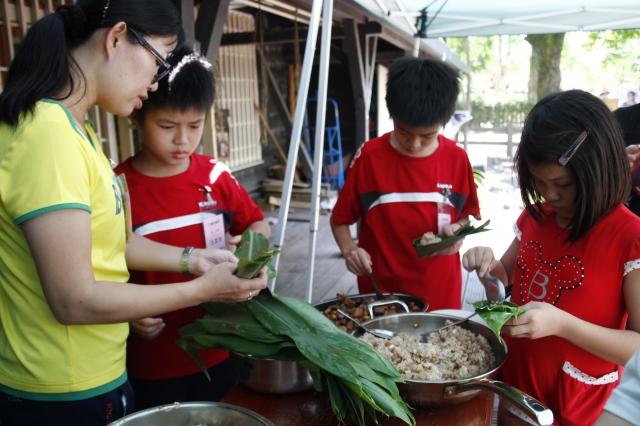 「ㄚ嬤的鹹草」在羅東自然教育中心跟著ㄚ嬤學包水生植物粽!(羅東林管處提供)