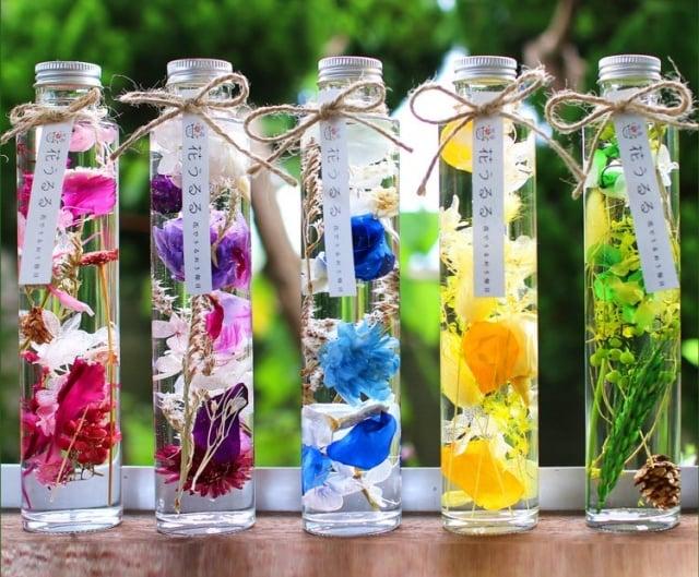 「瓶中花」使用專用油,讓瓶中花保持透明光澤及色澤,打造浪漫居家。(業者提供)