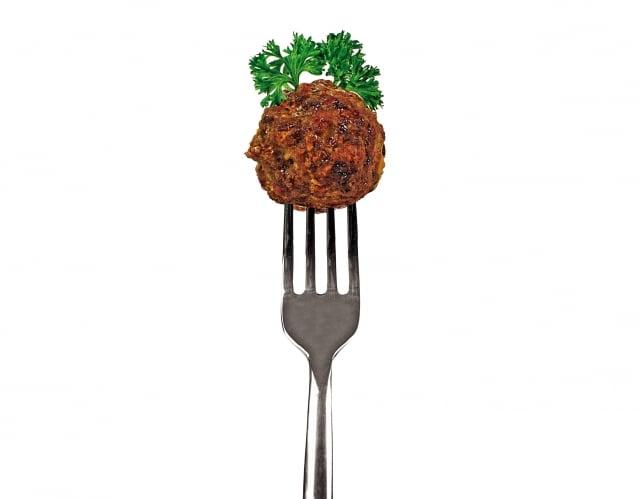 餐桌上,還有一道孩子們最愛吃的肉丸子,香氣撲鼻,讓人胃口大開,於是他不自覺地走近餐桌,很自然地拿起一個丸子,就送入口中。(Fotolia)